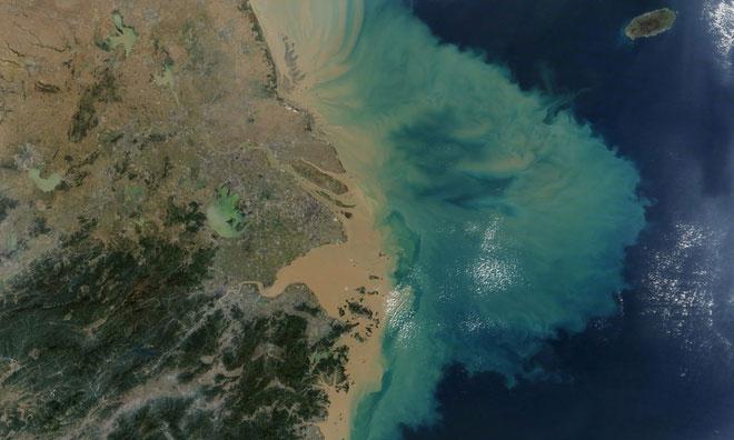 Các đại dương nóng hơn cũng mở rộng và làm tan băng, khiến mực nước biển dâng cao