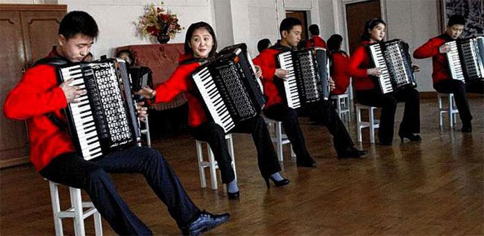 Một lớp tập đàn accordion ở Bình Nhưỡng, Triều Tiên.