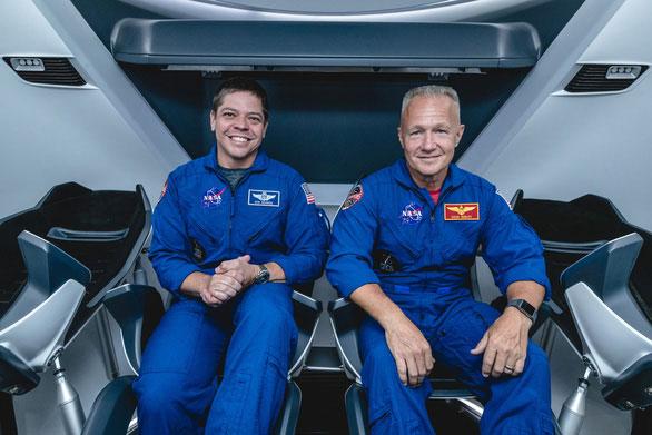 Hai nhà du hành Bob Behnken (trái) và Doug Hurley sẽ lên ISS sớm nhất vào mùa hè năm 2020