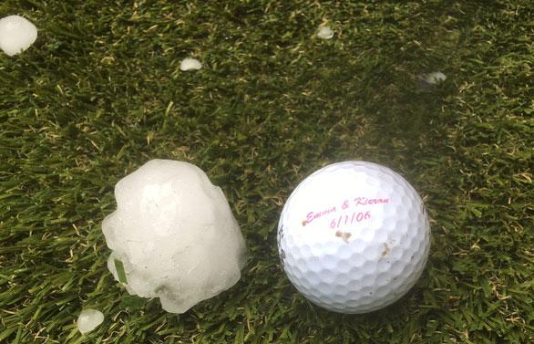 Cục mưa đá to bằng quả bóng đánh golf được người dùng Twitter có tên emmaatkinson đăng tải