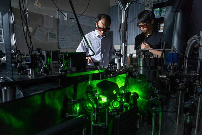 Nhóm nghiên cứu sử dụng laser để làm quay hạt nano trong môi trường chân không
