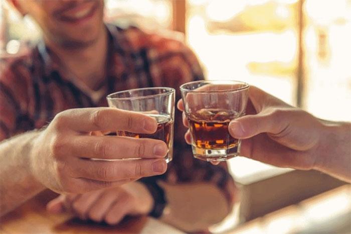 Hãy hạn chế uống rượu, bia vì không có ngưỡng nào là an toàn.