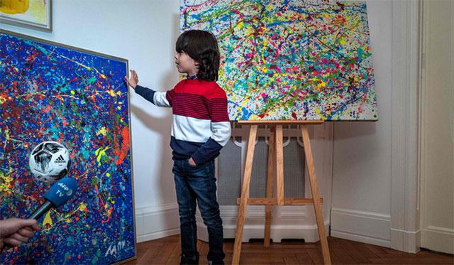 Mikail Akar bên những tác phẩm của mình.