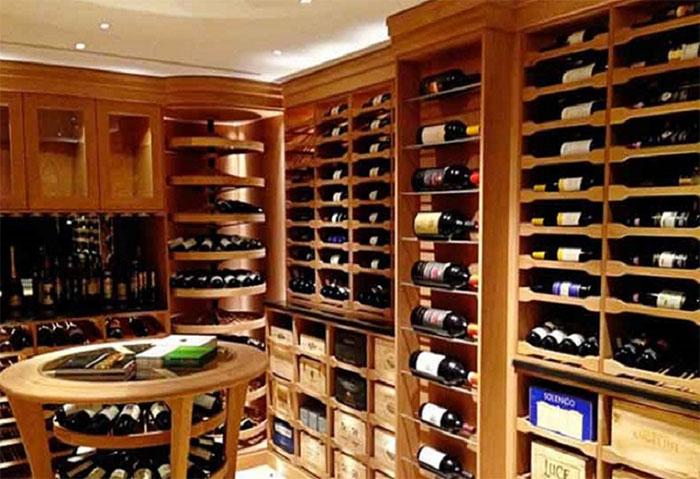 Đặt rượu nằm ngang sẽ làm cho rượu trong chai tiếp xúc với nút chai, tạo cho nút chai luôn ẩm ướt.
