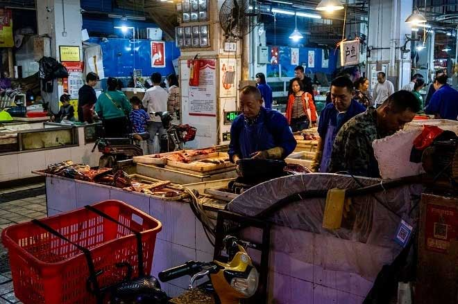 Chợ hải sản Huanan khi chưa bị đóng cửa, bày bán hơn 100 loại động vật hoang dã
