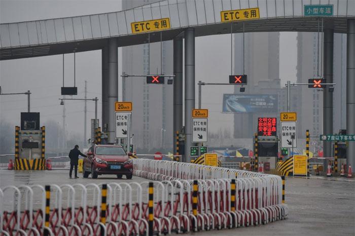 Chốt chặn được cảnh sát dựng lên ở các cửa ngõ ra vào Vũ Hán