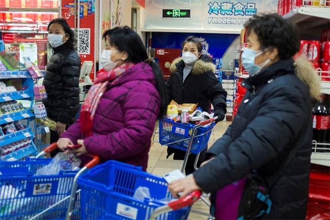 Người mua hàng đeo khẩu trang tại một siêu thị ở Bắc Kinh hôm 25/1.
