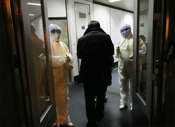 Hành khách được kiểm tra thân nhiệt tại sân bay ở Bắc Kinh hôm 22/1.