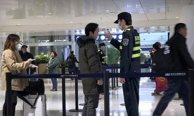 Kiểm tra thân nhiệt tại sân bay.