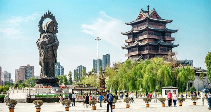 Thành phố Vũ Hán nằm ở ngã ba sông Dương Tử và sông Hán.