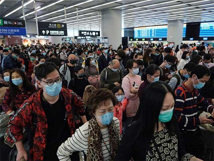 Hành khách tại sảnh khởi hành của ga tàu cao tốc ở Hồng Kông