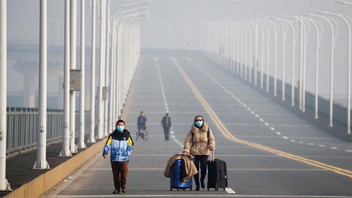 Một người mẹ và con trai đến một trạm kiểm soát ở tỉnh Hồ Bắc.