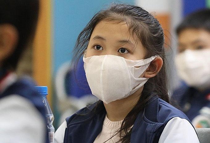 Trẻ đeo khẩu trang mỗi khi ra ngoài giúp phòng tránh lây nhiễm virus corona.
