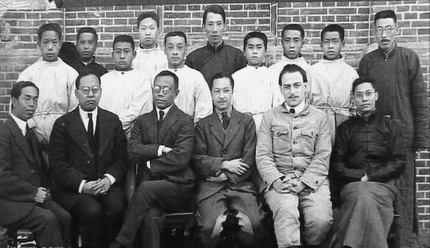 Bác sĩ Wu (hàng đầu, thứ 3 từ trái sang) cùng các nhà khoa học trong Hội nghị Quốc tế về Dịch bệnh