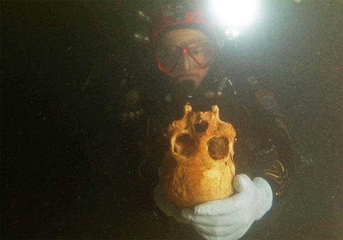 Hộp sọ của người phụ nữ được tìm thấy trong hang động dưới biển.