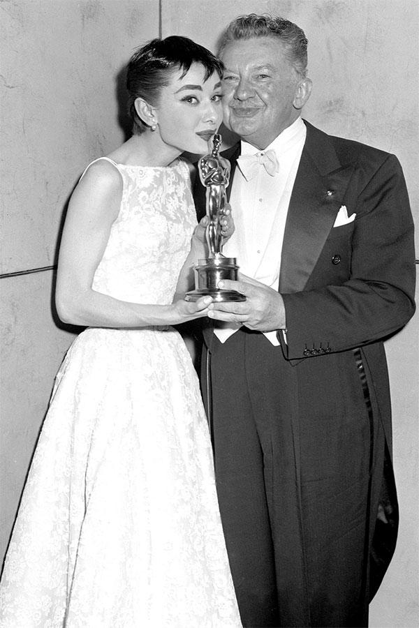 Audrey Hepburn là người khởi xướn cho việc hôn vào bức tượng
