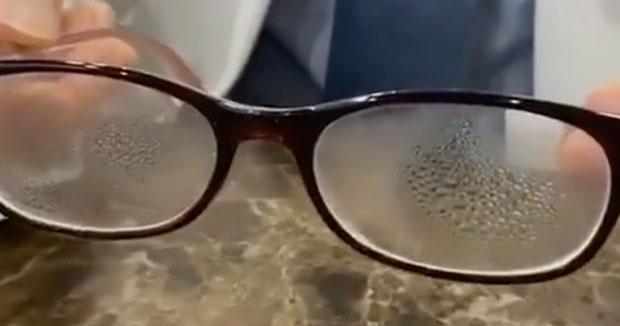 """Cách đeo khẩu trang mà không bị mờ kính dành cho các bạn """"bốn mắt"""""""