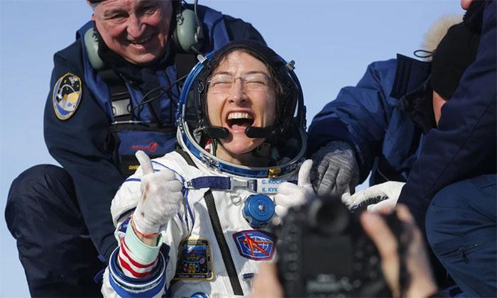 Christina Koch tươi cười khi trở về Trái Đất