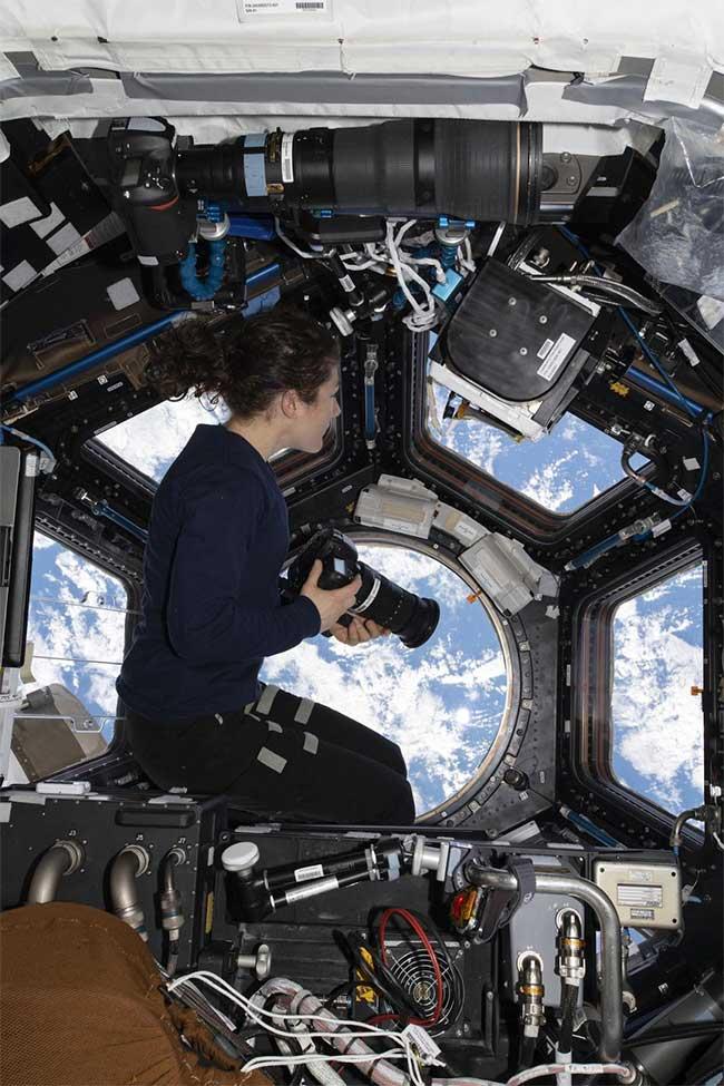 Cô Koch tại mái vòm cửa sổ 7 mặt nhìn về Trái Đất để chụp ảnh.