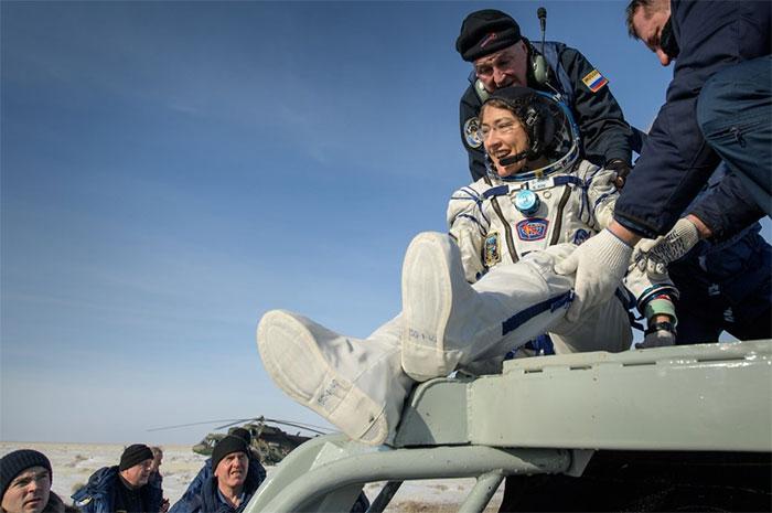 Nữ phi hành gia Christina Koch rời khỏi tàu Soyuz sau khi hạ cánh xuống Kazakhstan