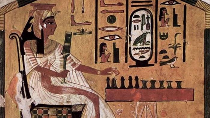Hình ảnh mô tả nữ hoàng Nefertari đang chơi senet