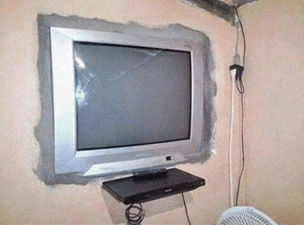 Sao phải mua giá đỡ TV trong khi chúng ta có... xi măng!?