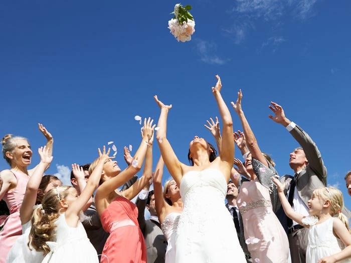 Người bắt được hoa cưới nhiều nhất