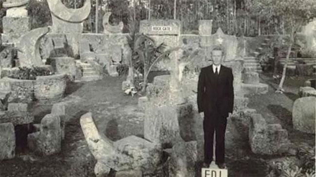 Edward Leedskalnin và lâu đài san hô do chính tay ông xây dựng.