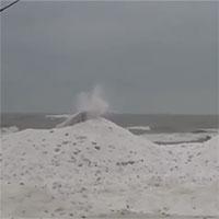 """""""Núi lửa băng"""" phun trào ven hồ nước"""