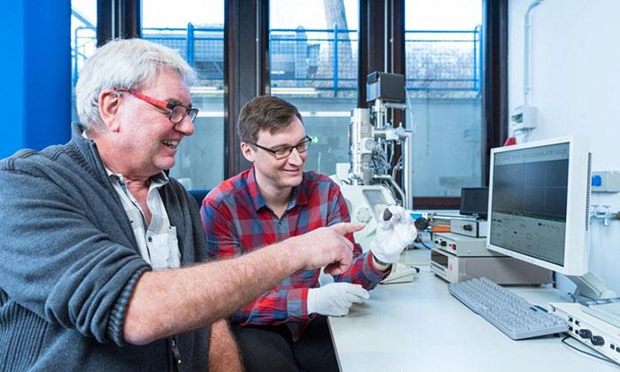 GS Addi Bischoff (trái) và Markus Patzek (phải) đánh giá mảnh thiên thạch