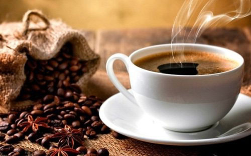 Đồ uống có caffein có thể khiến tim đập nhanh.