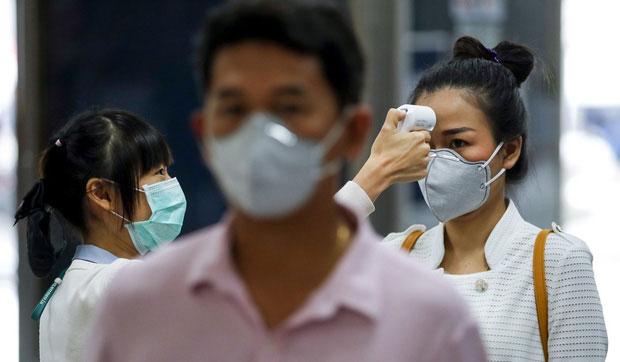 Kiểm tra thân nhiệt nơi công cộng tại Bangkok.