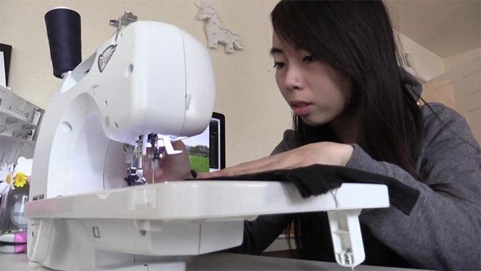 Trước khi sản xuất công nghiệp, Vy tự tay may lấy những chiếc áo đầu tiên và chào hàng đến các đối tác.