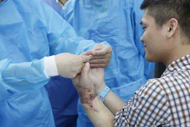 Anh Vương bày tỏ sự vui mừng và gửi lời cảm ơn tới các thầy thuốc đã phẫu thuật cho mình.
