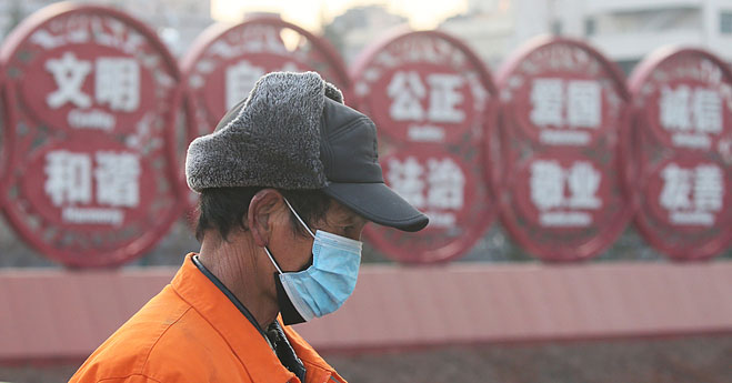 Người dân Bắc Kinh đeo hai lớp khẩu trang để phòng ngừa Covid-19.