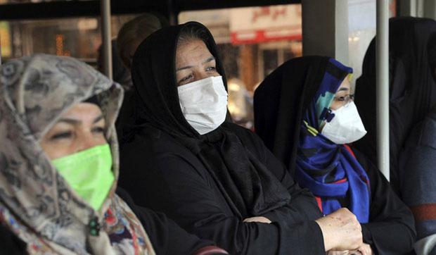 Người dân đeo khẩu trang tại nơi công cộng ở Tehran.