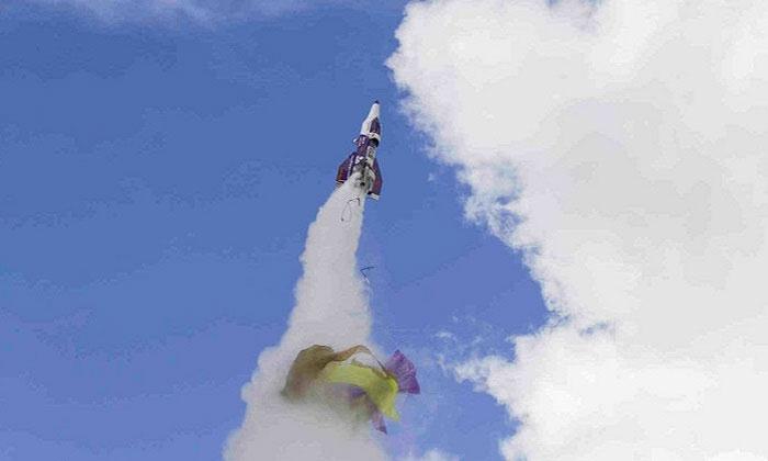 Chiếc tên lửa của Hughes bay chệch hướng.