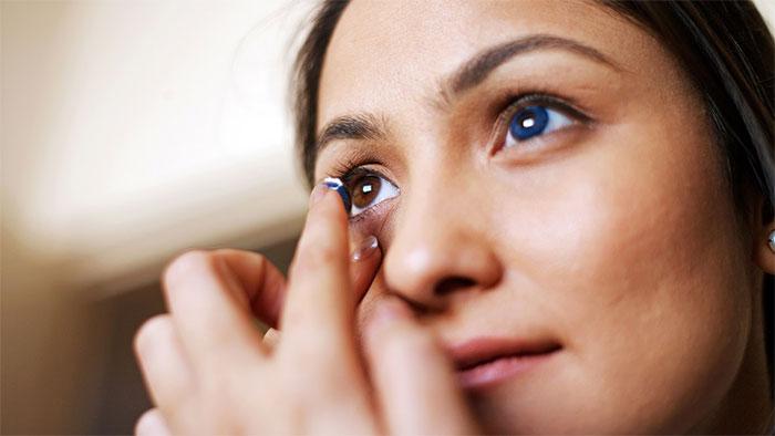 Khô mắt có thể xảy ra khi đeo kính áp tròng.