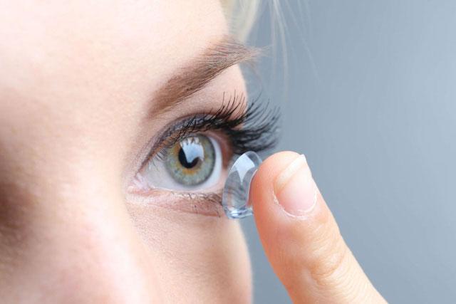 Kính áp tròng mềm có đường kính lớn hơn đường kính giác mạc nên thường hay gây biến chứng.
