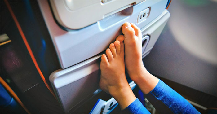 Không nên cởi giày, dép trên máy bay