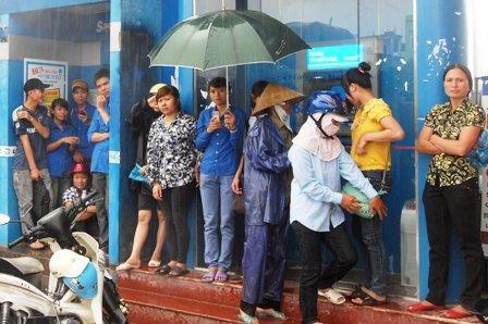 Không nên trú mưa trong bốt điện thoại
