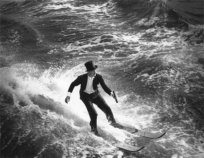 Ralph Samuelson cùng sáng chế của mình trên mặt nước.