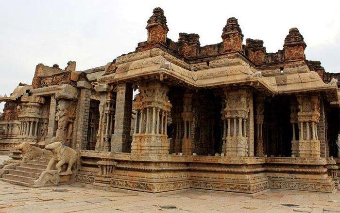 Điều làm ngôi đền này trở nên nổi tiếng là 56 trụ cột âm nhạc kỳ lạ.