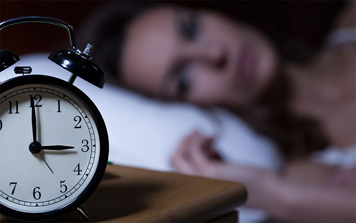 Mất ngủ, mệt mỏi cũng là một dấu hiệu cho thấy cơ thể đang thiếu canxi.