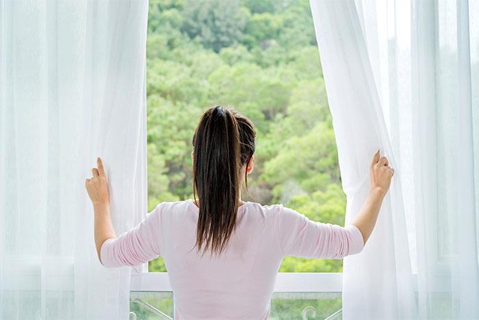 Bạn cần mở cửa sổ để làm thông thoáng không khí trong nhà.
