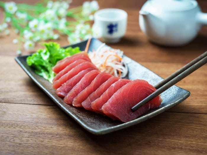 Mối nguy hiểm chính của việc tiêu thụ cá sống là có thể gây ra các bệnh truyền nhiễm.