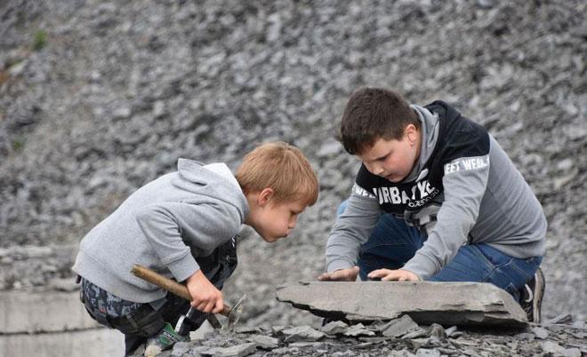 Trẻ em đang đào hóa thạch ở Holzmaden.