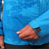 Tại sao quần áo lại sẫm màu đi khi bị ướt?