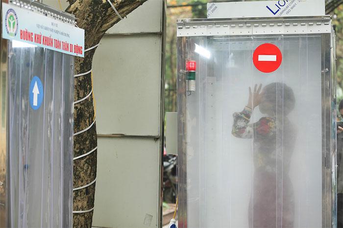 Buồng khử khuẩn toàn thân di động do Việt Nam sản xuất