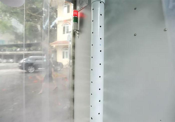 Cấu phần chính của hệ thống là một máy phun dung dịch sương mù 360 độ